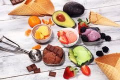 Placez des scoops de crème glacée de différentes couleurs et saveurs avec les baies, le chocolat et les fruits image libre de droits