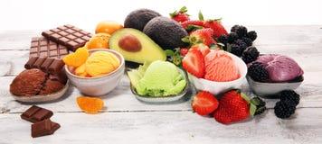 Placez des scoops de crème glacée de différentes couleurs et saveurs avec les baies, le chocolat et les fruits photographie stock