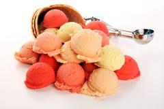Placez des scoops de crème glacée de différentes couleurs et saveurs pendant l'été image stock