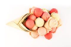 Placez des scoops de crème glacée de différentes couleurs et saveurs pendant l'été images stock