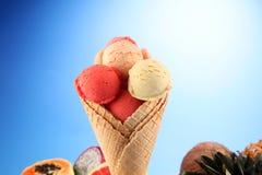 Placez des scoops de crème glacée de différentes couleurs et saveurs pendant l'été photos libres de droits