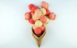 Placez des scoops de crème glacée de différentes couleurs et saveurs pendant l'été image libre de droits