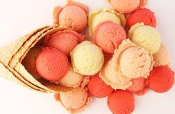 Placez des scoops de crème glacée de différentes couleurs et saveurs pendant l'été photo libre de droits