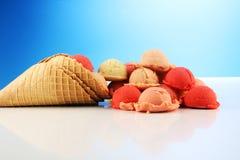 Placez des scoops de crème glacée de différentes couleurs et saveurs pendant l'été photo stock