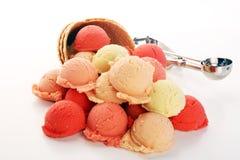 Placez des scoops de crème glacée de différentes couleurs et saveurs pendant l'été images libres de droits