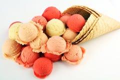 Placez des scoops de crème glacée de différentes couleurs et saveurs pendant l'été photographie stock