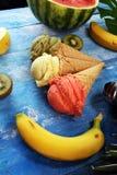 Placez des scoops de cr?me glac?e de diff?rentes couleurs et saveurs avec des baies et des fruits photographie stock libre de droits