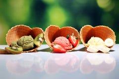 Placez des scoops de cr?me glac?e de diff?rentes couleurs et saveurs avec des baies et des fruits photographie stock