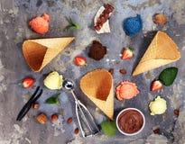 Placez des scoops de cr?me glac?e de diff?rentes couleurs et saveurs avec des baies et des fruits image stock