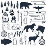 Placez des silhouettes de région sauvage Éléments tirés par la main de camping et de hausse Collection pour la colonie de vac illustration stock
