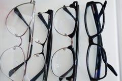 Placez des verres pour la vision, dans différents cadres pour tous les cas photos libres de droits