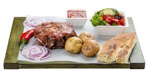 Placez du bifteck de porc, de la salade v?g?tale, des pommes de terre et de la sauce Chalagach photos libres de droits