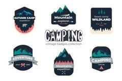Placez du logo extérieur campant d'insigne d'aventure et de montagne, emblème, conception de label illustration stock
