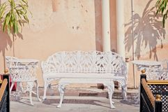 Placez du mobilier métallique indien traditionnel, banc, tables, chaises photos stock