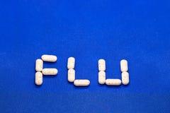 Placez du virus de médicament contre le rhume et de grippe sur le fond bleu Antibiotiques, homéopathie, pilules Concept de médeci photographie stock
