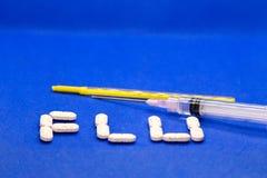Placez du virus de médicament contre le rhume et de grippe sur le fond bleu Antibiotiques, homéopathie, pilules Concept de médeci photos libres de droits