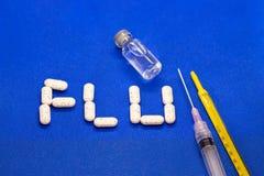 Placez du virus de médicament contre le rhume et de grippe sur le fond bleu Antibiotiques, homéopathie, pilules Concept de médeci image stock