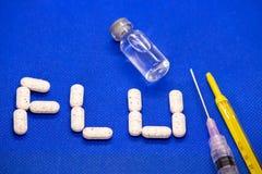 Placez du virus de médicament contre le rhume et de grippe sur le fond bleu Antibiotiques, homéopathie, pilules Concept de médeci image libre de droits