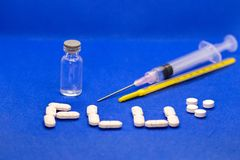 Placez du virus de médicament contre le rhume et de grippe sur le fond bleu Antibiotiques, homéopathie, pilules Concept de médeci photo stock