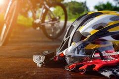placez l'équipement de bicyclette sur un bois supérieur Photographie stock
