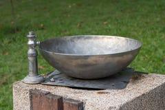 Placez l'eau dans un pair de la métropolitaine d'acier inoxydable Photographie stock