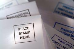 Placez l'estampille ici Placemat sur l'enveloppe de renvoi de l'AMI Photo libre de droits
