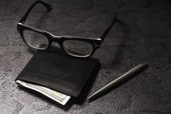 Placez l'homme d'affaires Stylo argenté, bourse noire sur un vieux fond Photographie stock libre de droits