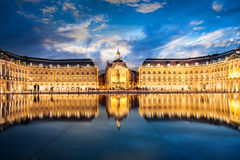 Placez la bourse de La en Bordeaux, le miroir de l'eau par nuit images stock