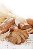 Placez la forme physique de pain avec du blé sur le fond blanc image stock
