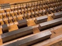 Placez la longueur des blocs calibrés en acier dans une boîte en bois Image stock
