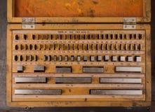 Placez la longueur des blocs calibrés en acier dans une boîte en bois Images libres de droits