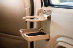 Placez le café des FO ou les tasses ou la bouteille de thé sur la console de véhicule dans la voiture de luxe moderne Photographie stock