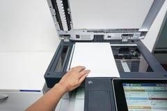 Placez le papier sur le plat d'imprimante pour le balayage images libres de droits