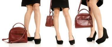 Placez le sac rouge de bourse de chaussures élégantes noires de pieds de jambes de femme photo libre de droits