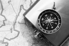 Placez le voyageur, un flacon en métal et la boussole photos libres de droits