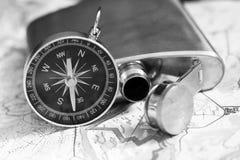 Placez le voyageur, un flacon en métal et la boussole photographie stock libre de droits
