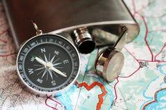 Placez le voyageur, un flacon en métal et la boussole image libre de droits