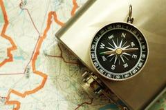 Placez le voyageur, un flacon en métal et la boussole photographie stock