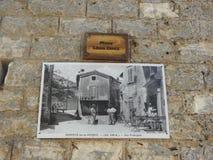 Placez Leon Doux, Monieux, France images stock