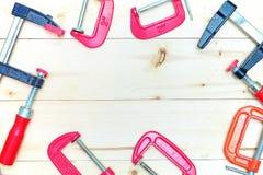 Placez les brides pour fixer les pièces en bois et en métal sur le fond en bois Photographie stock libre de droits