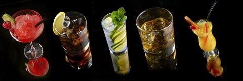Placez les cocktails sur le fond noir photographie stock libre de droits