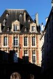 Placez les façades de bâtiment historique de DES VOSGES Paris Pavillon du Roi images stock