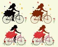 Placez les filles de silhouettes sur la bicyclette Photos libres de droits