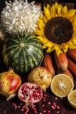 Placez les fruits et les fleurs photos stock