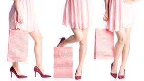 Placez les jambes de femme de chaussures rouges de talon haut et de mode disponible de paquet de sac de robe image libre de droits