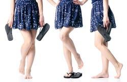 Placez les jambes de femme dans des bascules électroniques noires photographie stock libre de droits
