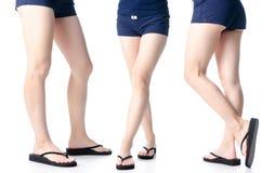 Placez les jambes de femme dans des bascules électroniques noires photos stock