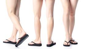 Placez les jambes de femme dans des bascules électroniques noires image stock