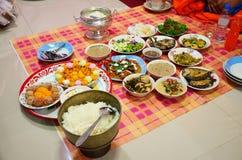 Placez les offres de nourriture aux moines Images stock