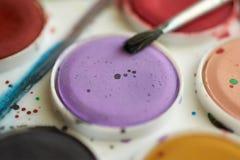 Placez les peintures d'aquarelle et le plan rapproché de brosse Images stock